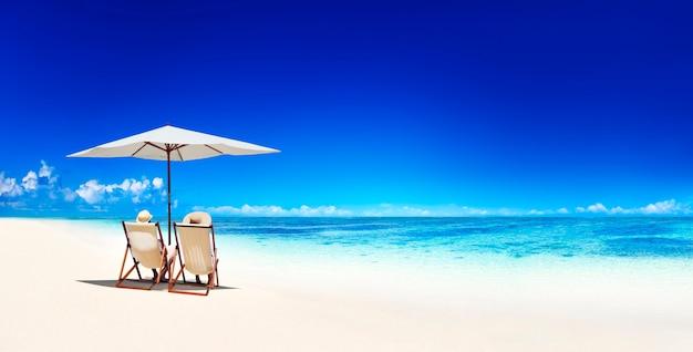 Paare, die an einem strand in samoa sich entspannen