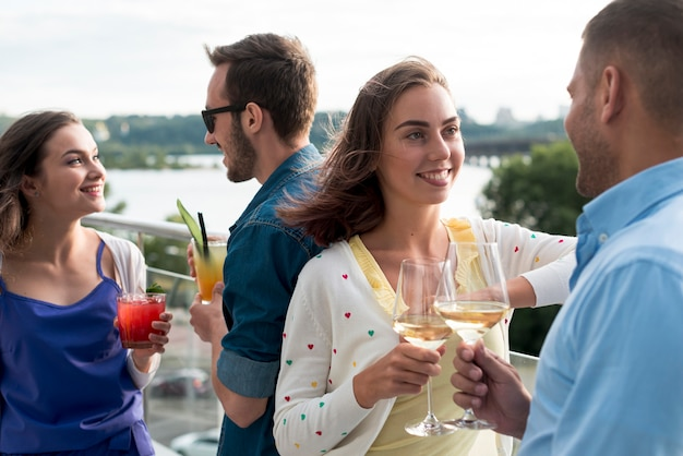 Paare, die an einer terrassenparty sich besprechen