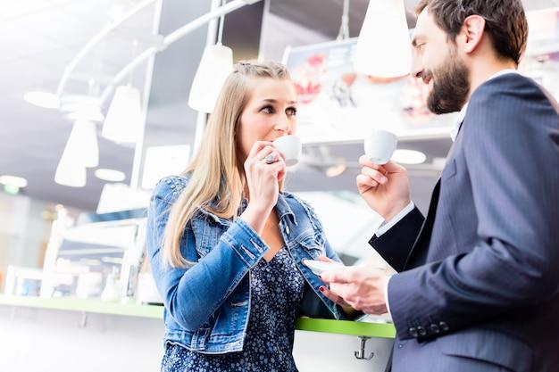 Paare, die an trinkendem kaffee des datums im café flirten