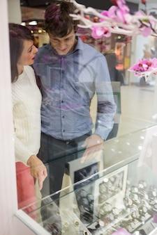 Paare, die anzeige von armbanduhren betrachten