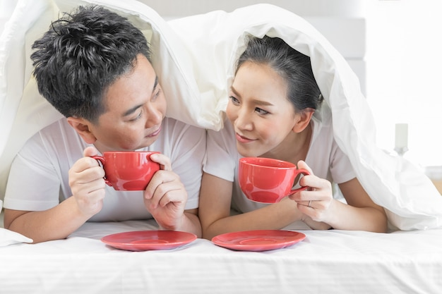 Paare, die auf bett frühstücken