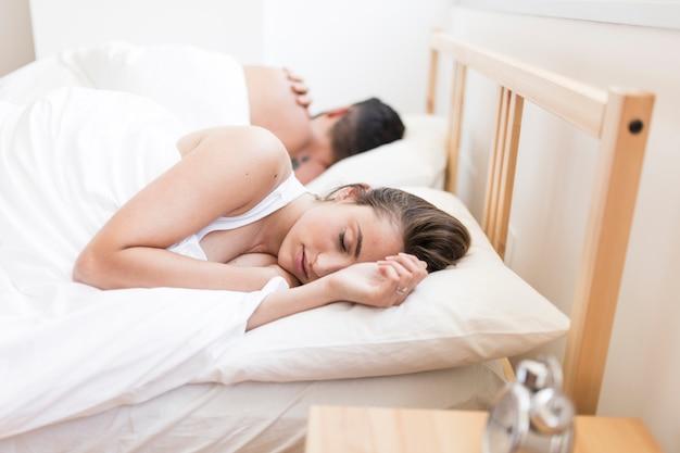 Paare, die auf bett schlafen