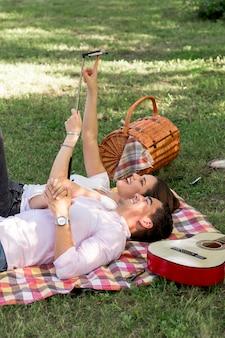 Paare, die auf die decke nimmt ein selfie legen