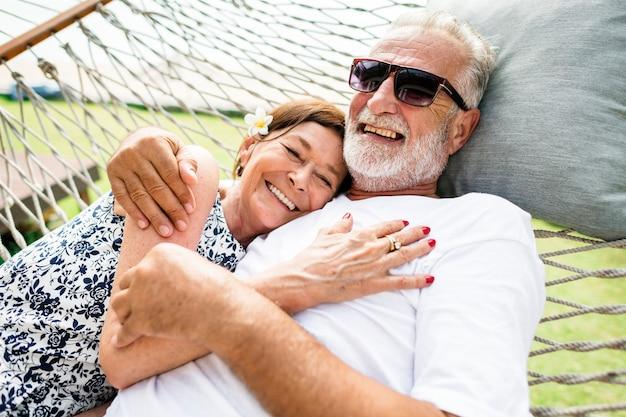 Paare, die auf einer hängematte sich entspannen