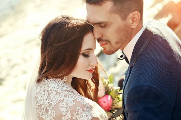 Paare, die bei sonnenuntergang, liebhaberpaare küssen im sonnenuntergang umarmen.