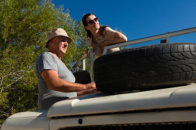 Paare, die beim bereitstehen des fahrzeugs weg schauen