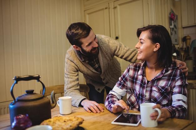 Paare, die beim trinken des kaffees auf einander einwirken