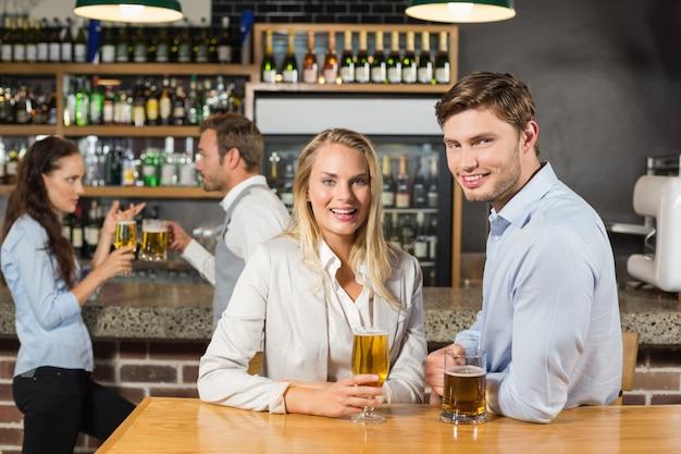 Paare, die bier halten