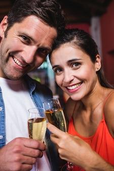 Paare, die champagner im nachtklub genießen