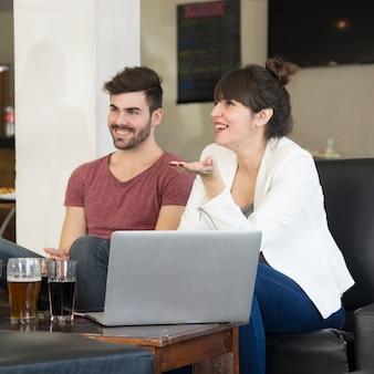 Paare, die das getränk im restaurant genießen