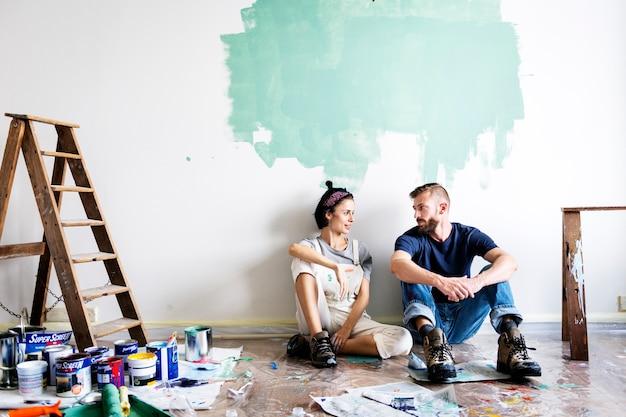 Paare, die das haus erneuern