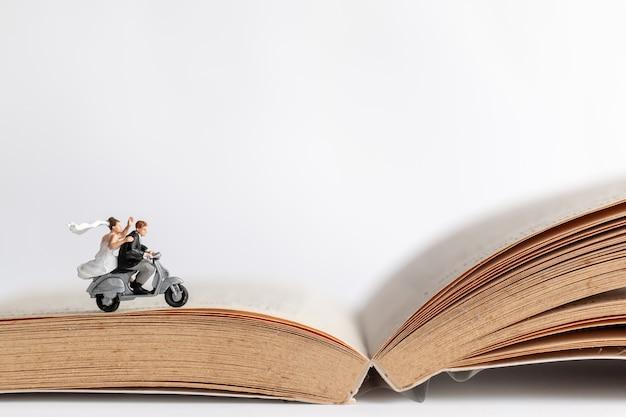 Paare, die das motorrad auf altes buch reiten