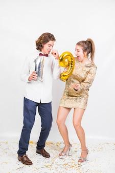 Paare, die das tanzen an der geburtstagsfeier genießen