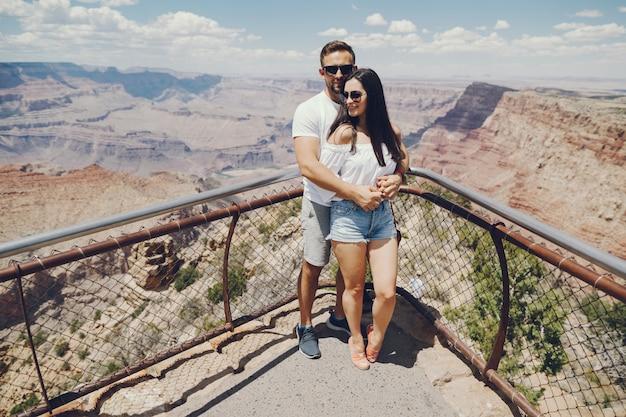 Paare, die den grand canyon in arizona erforschen