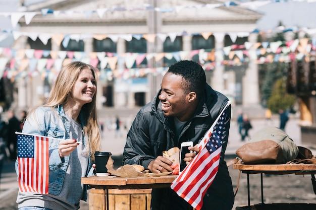 Paare, die draußen unabhängigkeitstag feiern