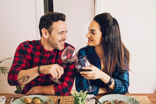 Paare, die ein abendessen mit wein essen