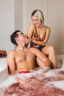 Paare, die ein bad am valentinstag nehmen