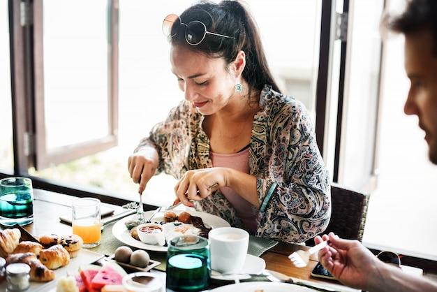 Paare, die ein hotelfrühstück essen