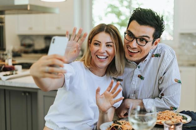 Paare, die ein selfie während ihres abendessens nehmen