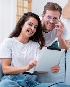 Paare, die ein video auf einer tablette aufpassen