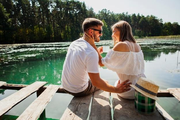Paare, die einander an einem schönen tag betrachten
