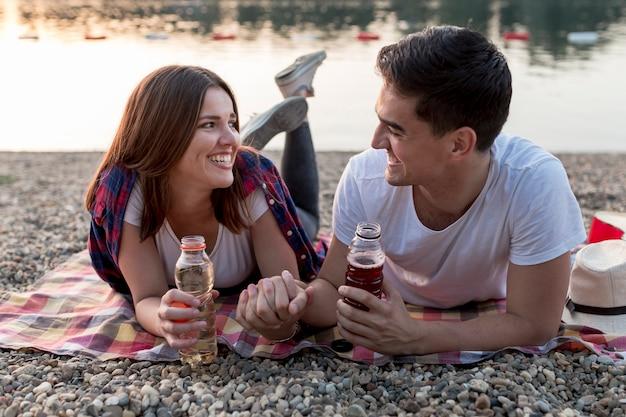 Paare, die einander beim trinken betrachten