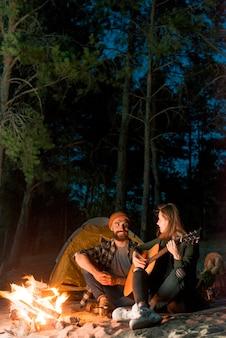 Paare, die einander betrachten und singen
