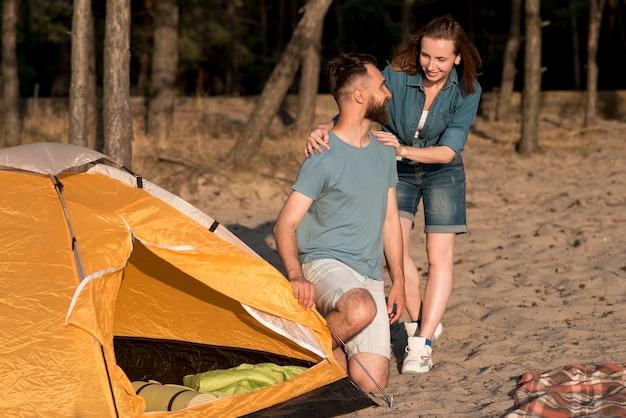 Paare, die einander durch ein zelt betrachten