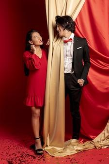 Paare, die einander nach neuem chinesischem jahr betrachtend aufwerfen