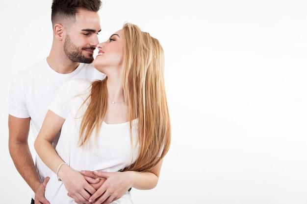 Paare, die einander streicheln und betrachten
