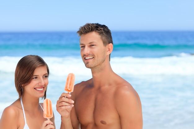Paare, die eine eiscreme essen