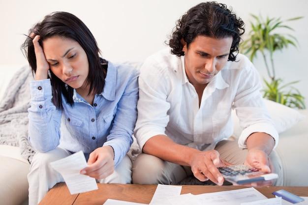 Paare, die eine harte zeit haben, ihre finanzen zu tun