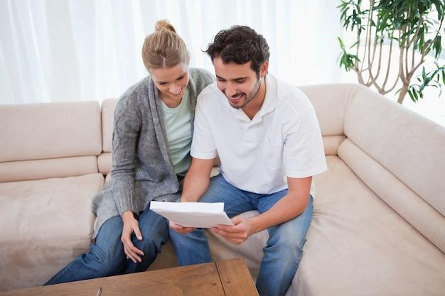 Paare, die einen brief lesen