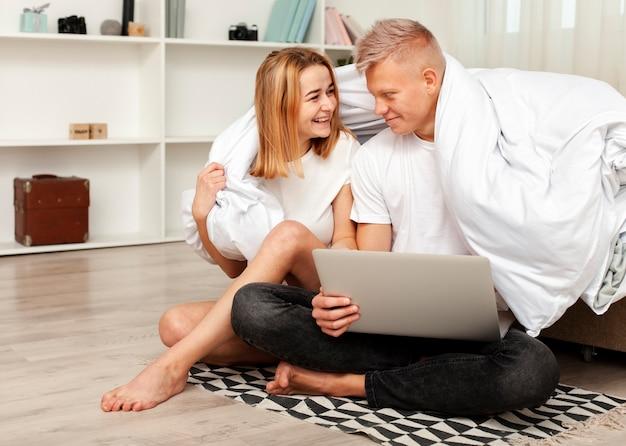Paare, die einen film auf ihrem laptop aufpassen