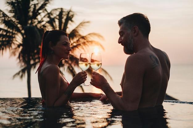 Paare, die einen romantischen sonnenuntergang genießen