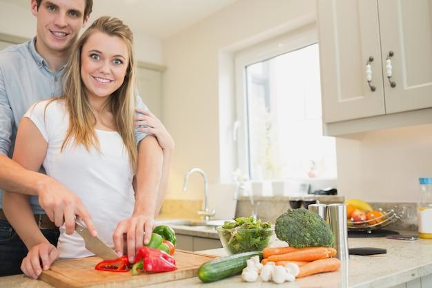 Paare, die einen salat vorbereiten