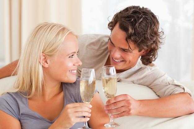 Paare, die einen toast machen
