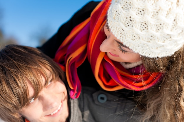 Paare, die einen winterspaziergang haben