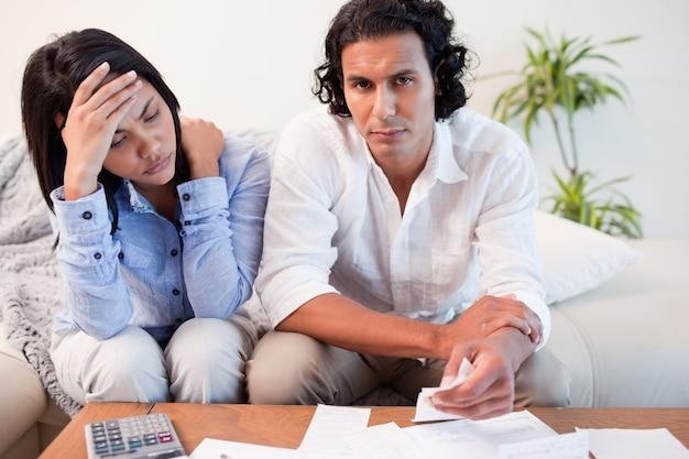 Paare, die finanzielle probleme erfahren