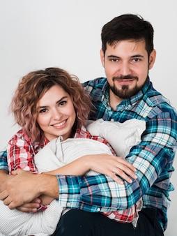 Paare, die für valentinstag lächeln und aufwerfen