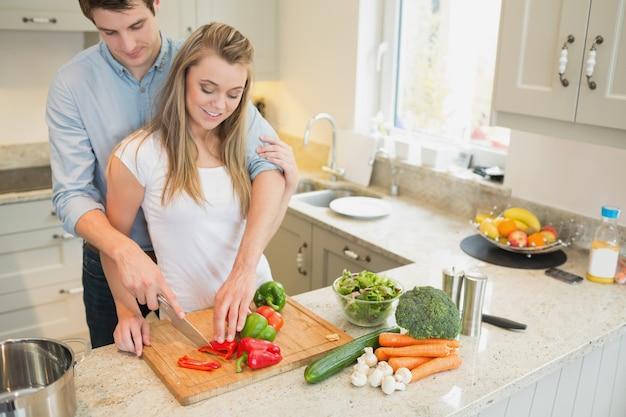 Paare, die gemüse vorbereiten