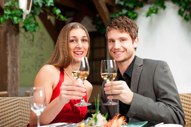 Paare, die getränk haben