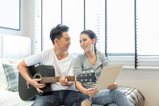 Paare, die gitarre spielen