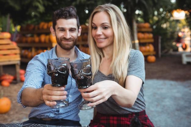 Paare, die gläser wein rösten