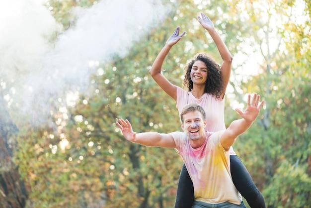 Paare, die glücklich am festival aufwerfen