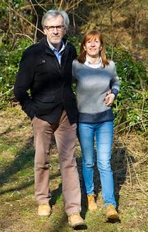 Paare, die hand in hand in park gehen
