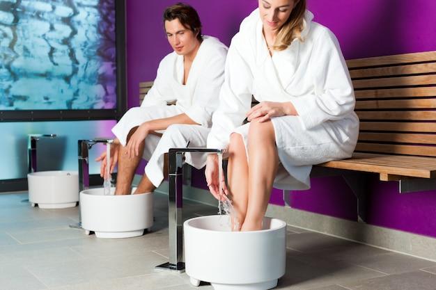 Paare, die hydrotherapiewasserfußbad haben