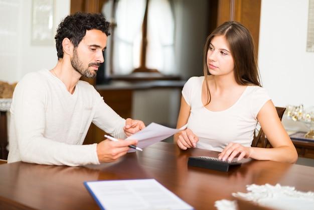 Paare, die ihre ausgaben zusammen berechnen