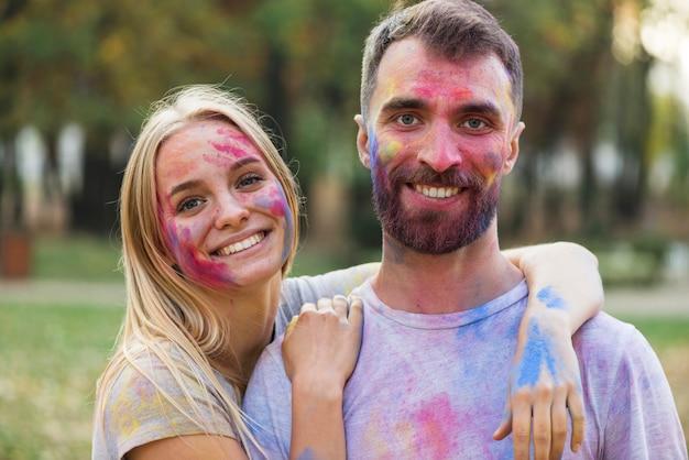 Paare, die ihre zeit am festival genießen