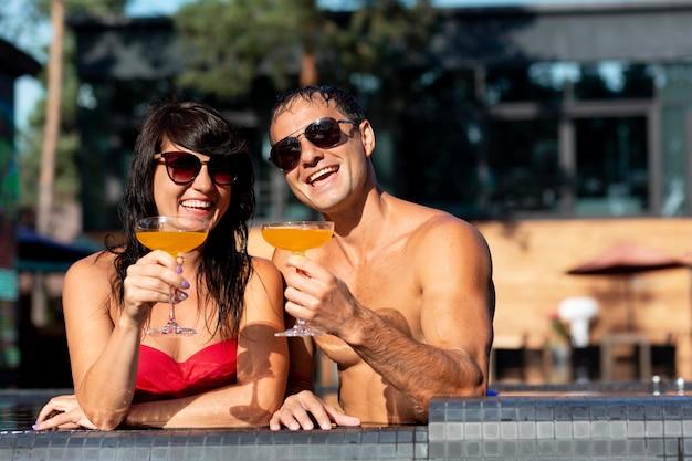Paare, die ihren tag im schwimmbad genießen